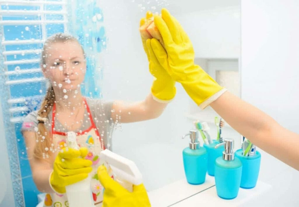Wasserflecken auf Spiegeloberflächen entfernen