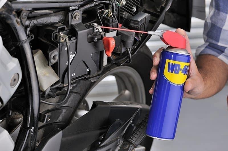 Motorradbatterie mit WD-40 warten