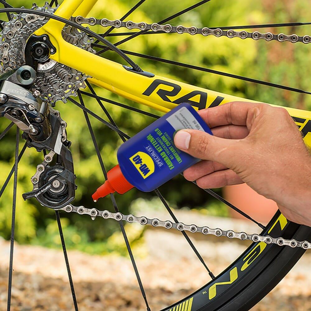 WD40-SPECIALIST-Fahrrad-Kettenöl-bei-Trockenheit-schmieren